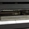Interior del horno con base cerámica refractaria, bandeja inoxidable de 480x400x60 mm, parrilla de asados de 380x470 mm y guías desmontables para facilitar su limpieza.